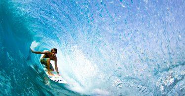 мужчина катается на серфинга внутри волны