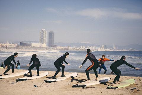 6 человек практикуют серфинг на побережье Барселоны