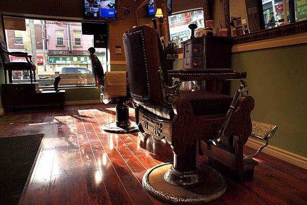 античный стул в барбер-шопе