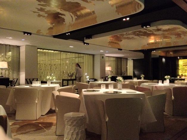 интерьер ресторана с белыми столами