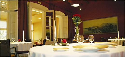 обеденный стол в роскошном ресторане