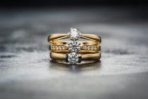 золотое кольцо на сером фоне