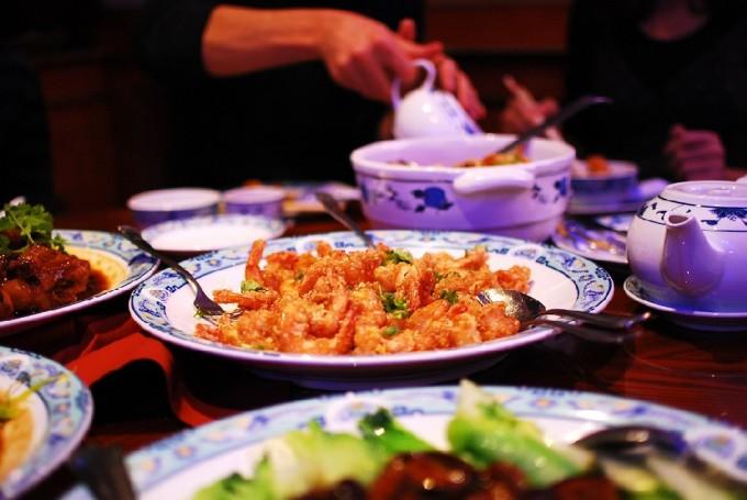 несколько блюд на столе