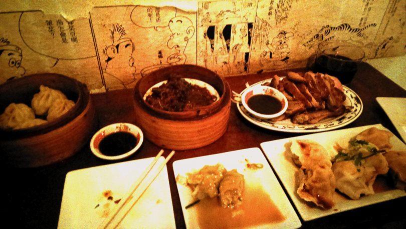 блюда азиатской кухни и палочки