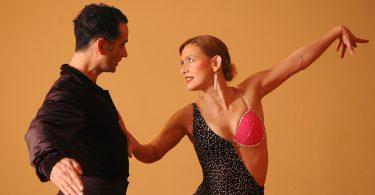 мужчина и женщина смотрят друг на друга в танце