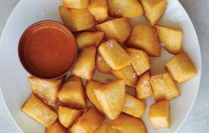 нарезанная картошка с соусом