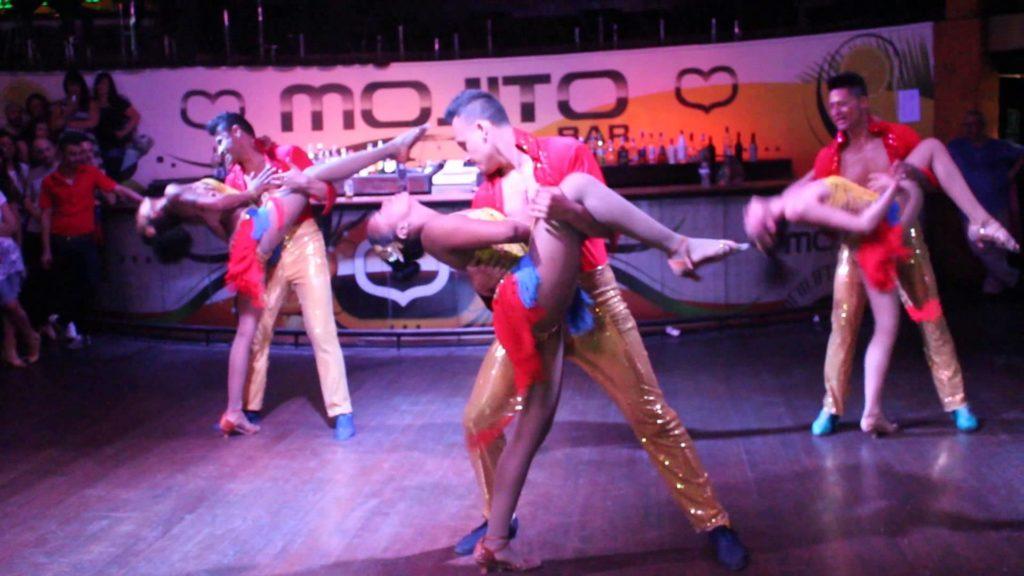 три пары танцуют сальсу