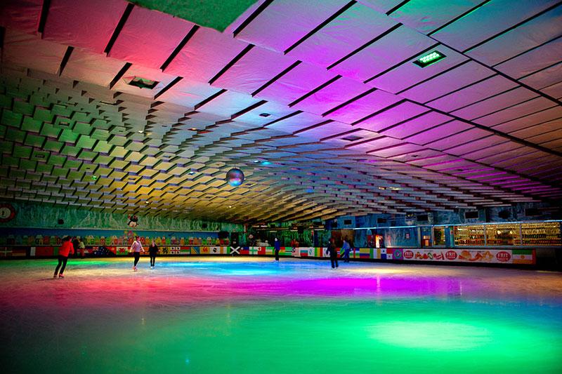 ледовая арена с разноцветной подсветкой