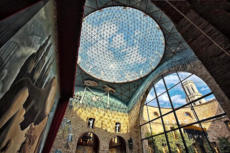 кристальная крыша и большие окна