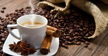 кофейные зерна, чела чашка кофе, корица