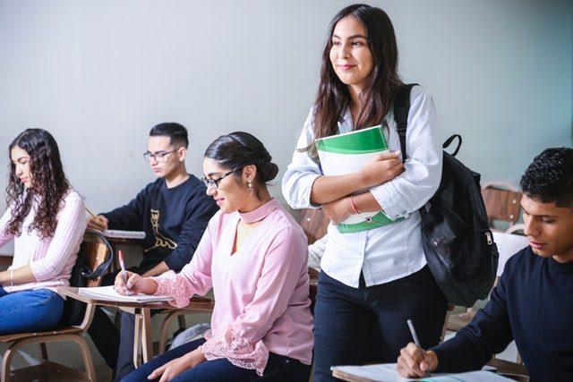 молодые люди в классной комнате