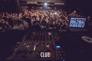 толпа любителей электронной музыки в клубе