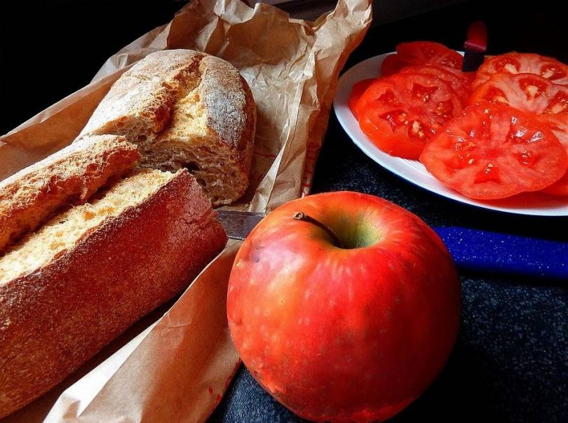 багет, яблоко и тёртый помидор