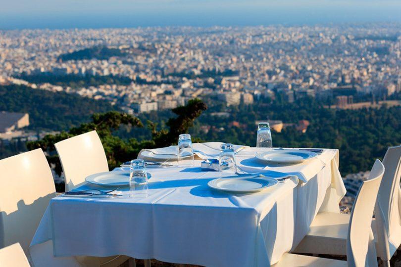 стол в ресторане с видом на город