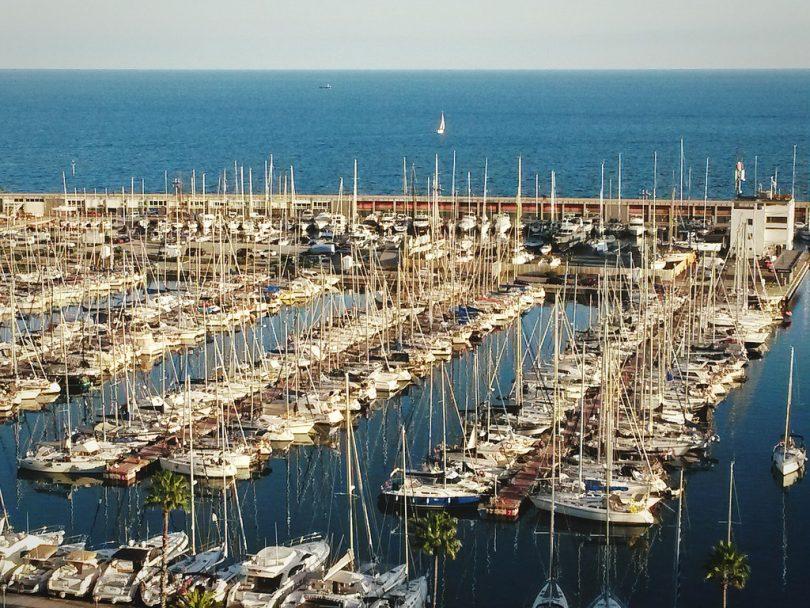 вид на яхты в порту