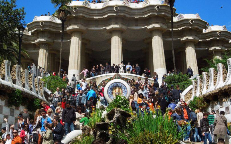 толпа людей при входе в Парк Гуэль