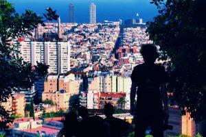 человек наслаждается видом на Барселоны с высоты