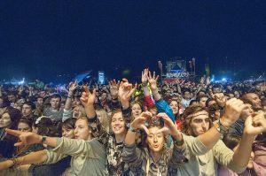 множество людей на фестивале