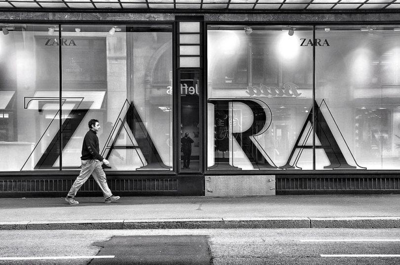 человек проходит через магазин одежды Zara