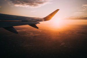 крыло самолёта в небе