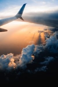 крыло самолета, который летит в небе