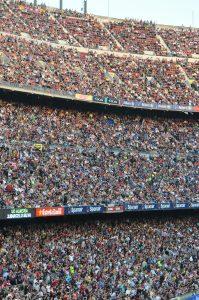 наполненные людьми трибуны на стадионе