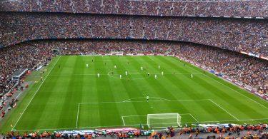 вид на футбольное поле и трибуны