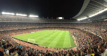 футбольный стадион с людьми на трибунах