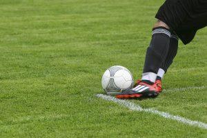 футбольный мяч на газоне