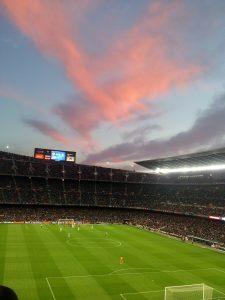 розовые облака над футбольным полем