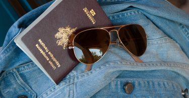 паспорт, солнцезащитные очки, джинсовая куртка