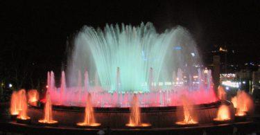 подсвеченный фонтан