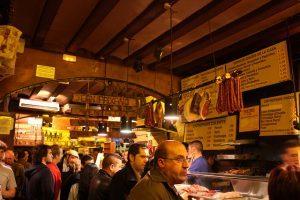 люди в баре в Барселоне
