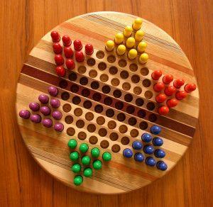 настольная игра с разноцветными деталями