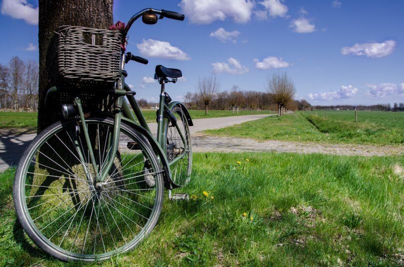 велосипед стоит у столба