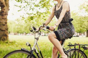 женщина едет на велосипеде в парке