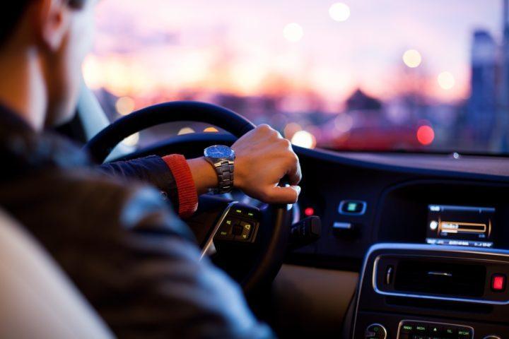 мужчина за рулем машины