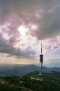 телебашня на вершине горы