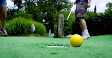 мячик для гольфа на траве