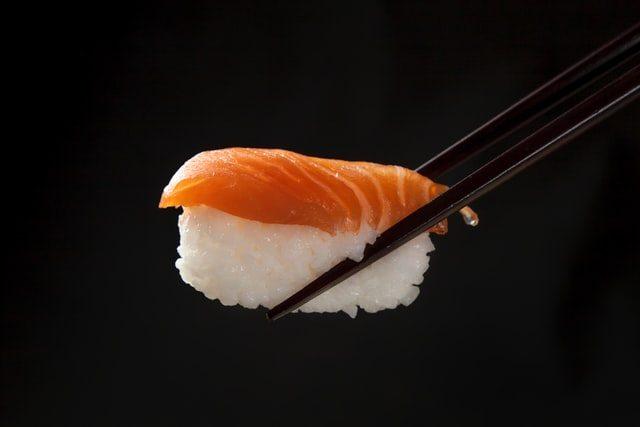 суши с лососем на палочке