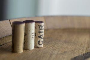 пробки вина на столе