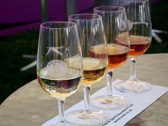несколько бокалов вина на столе