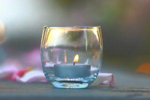 прозрачная чашка с синей свечкой