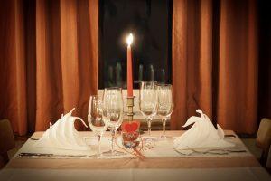 свечки, бокалы и шторы