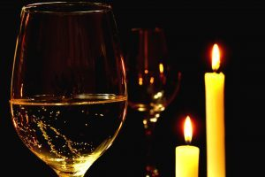 бокал вина и свечки