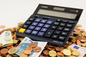 калькулятор на горе монет и купюр