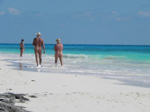 два нудиста на пляже