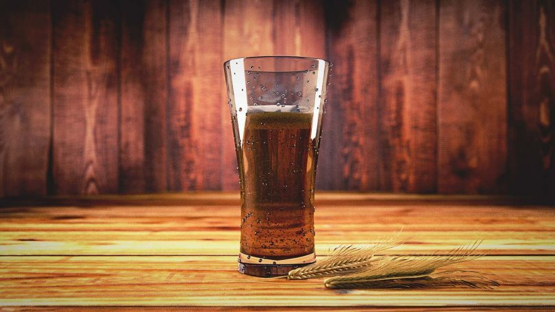 бокал пива на фоне дерева