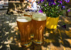 несколько бокалов пива на столе