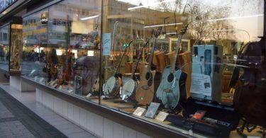 витрина магазина музыкальных инструментов